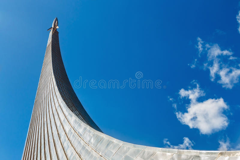 空间纪念碑的征服者在Cosmonautic公园户外  图库摄影