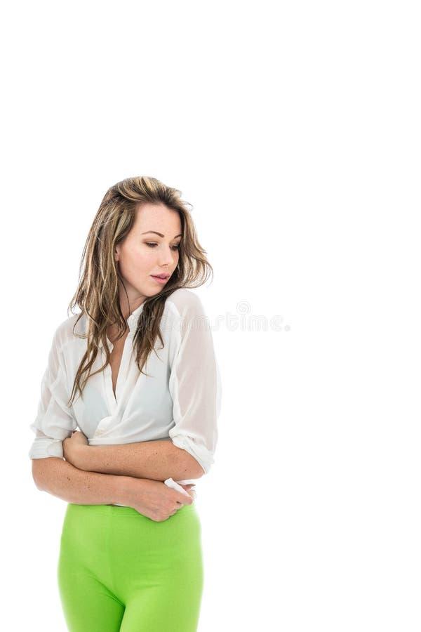 穿一件开放白色衬衣和绿色贴身衬衣的少妇 库存图片
