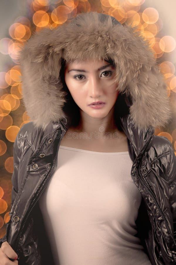 穿一件温暖的夹克的俏丽的模型 免版税库存图片