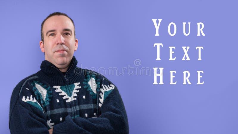 穿一件温暖的毛线衣的人 免版税库存图片