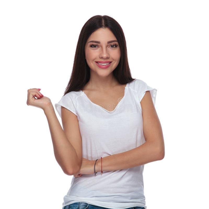 穿一件白色T恤杉的美丽的深色的妇女画象  库存图片