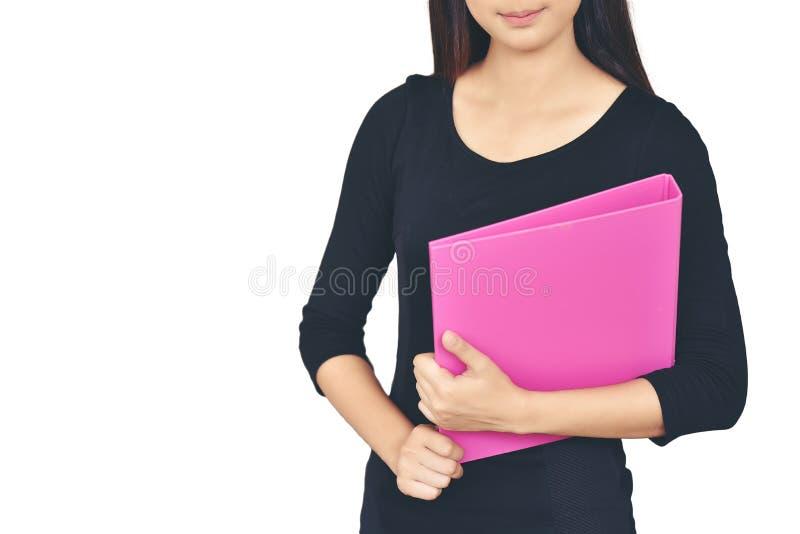 穿一件黑衬衣的一名亚裔妇女微笑举行一桃红色docu 免版税图库摄影