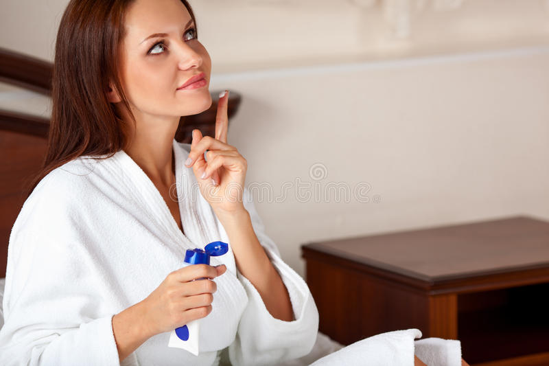 穿一件白色浴巾的妇女 免版税库存照片