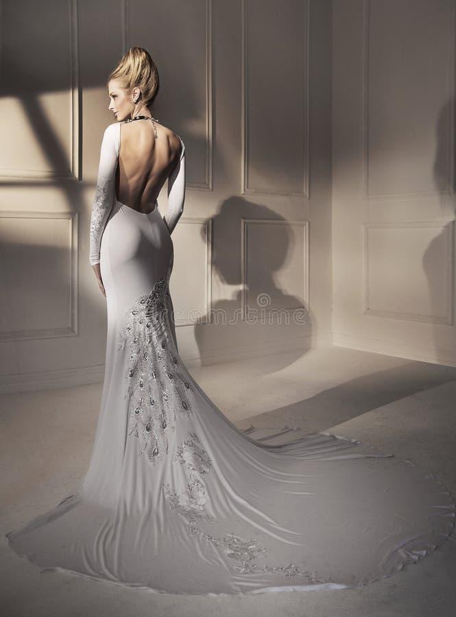 穿一件美妙的褂子的一个可爱的白肤金发的夫人的画象 图库摄影
