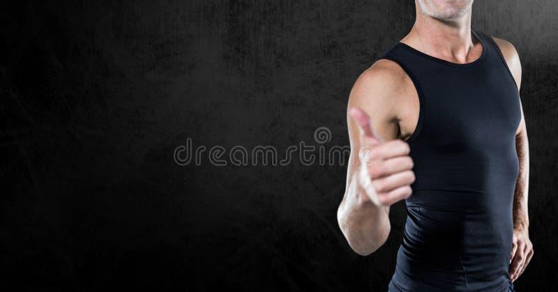 穿一件黑衬衣的健身躯干反对中立黑背景 皇族释放例证