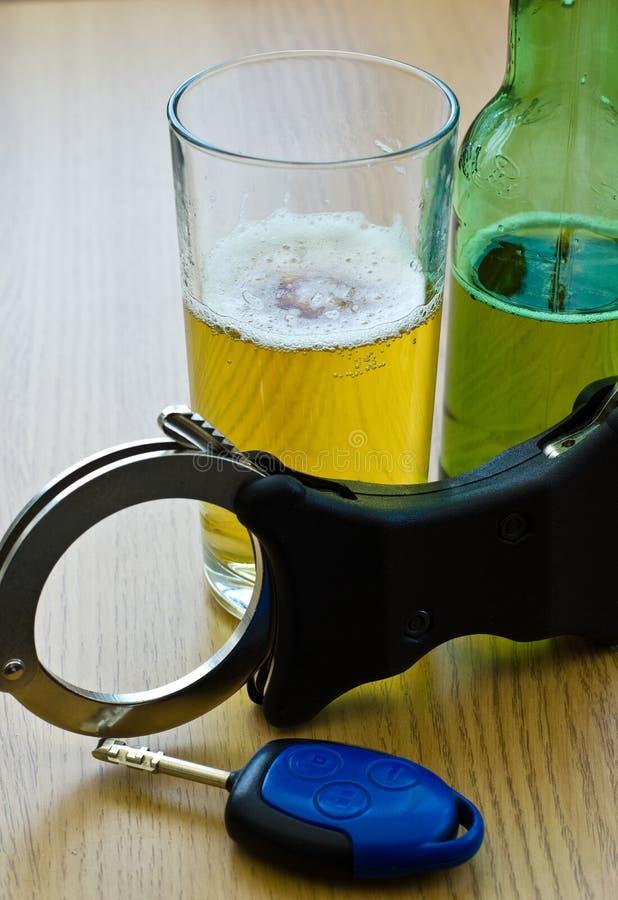 穿上喝酒开车t 库存图片