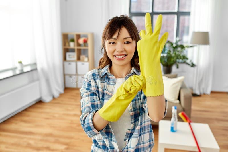 穿上防护橡胶手套的亚裔妇女 图库摄影
