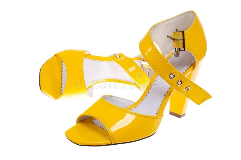 穿上鞋子妇女黄色 免版税库存照片