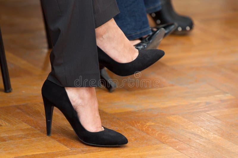 穿上鞋子妇女 图库摄影