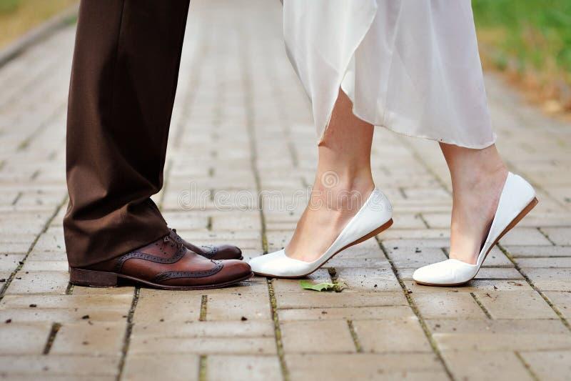 穿上鞋子新娘和新郎舞蹈 库存图片