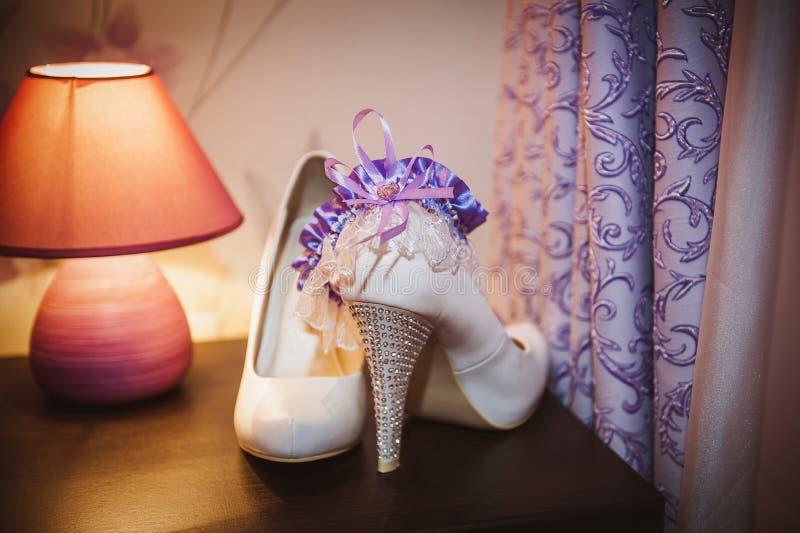 穿上鞋子有袜带的新娘 免版税图库摄影