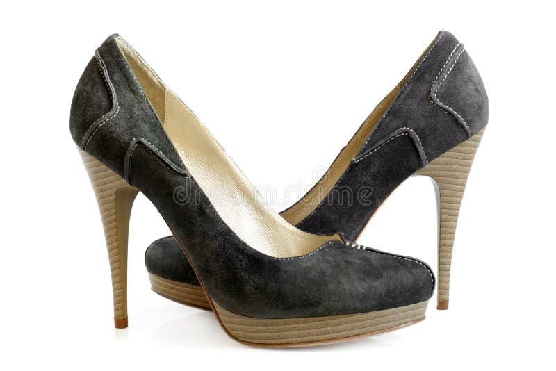 穿上鞋子绒面革妇女 免版税图库摄影