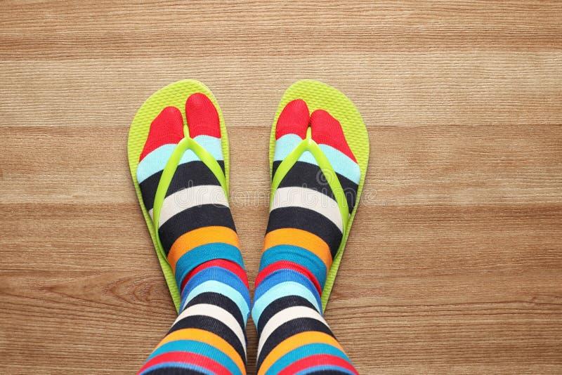 穿与啪嗒啪嗒的响声站立在地板上,顶视图的妇女明亮的袜子 库存照片
