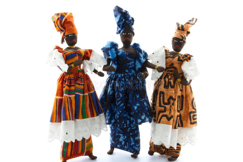 穿五颜六色的服装的非洲玩偶被隔绝 免版税库存照片