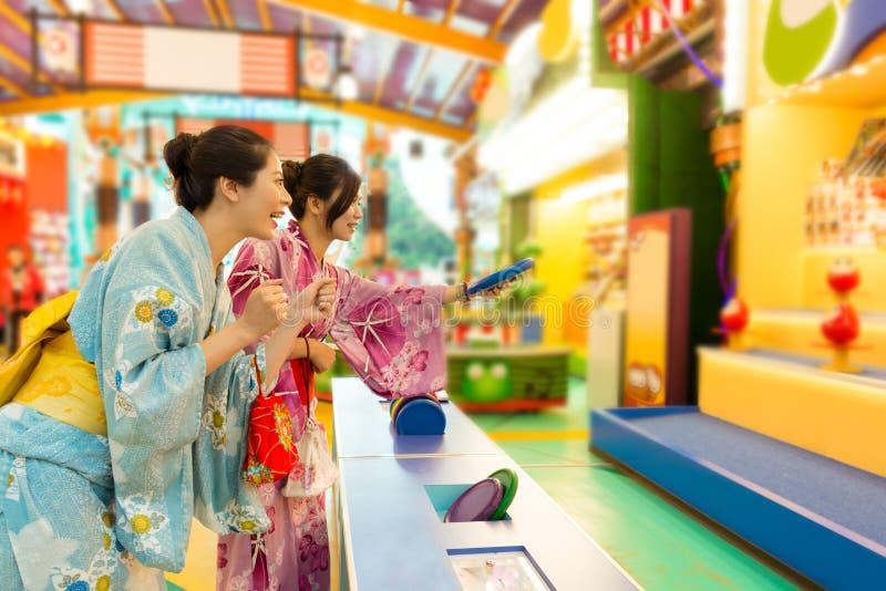 穿传统和服的快乐的少妇 库存照片