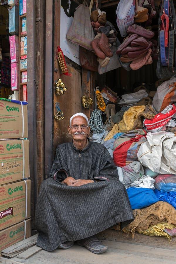 穿传统服装的一个未认出的克什米尔人回教人的画象叫Phiran,斯利那加 免版税库存图片
