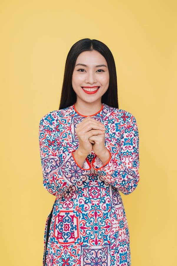 穿传统服装,孤立的可爱的越南妇女 库存照片