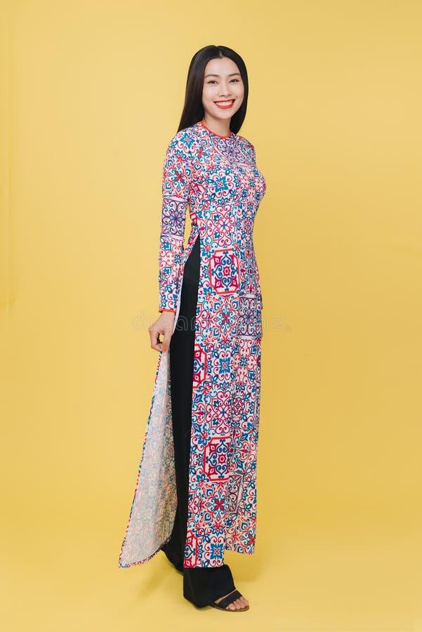 穿传统服装,孤立的可爱的越南妇女 免版税库存照片