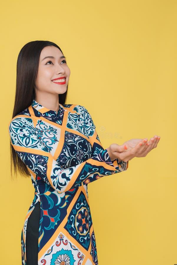 穿传统服装,孤立的可爱的越南妇女 免版税库存图片