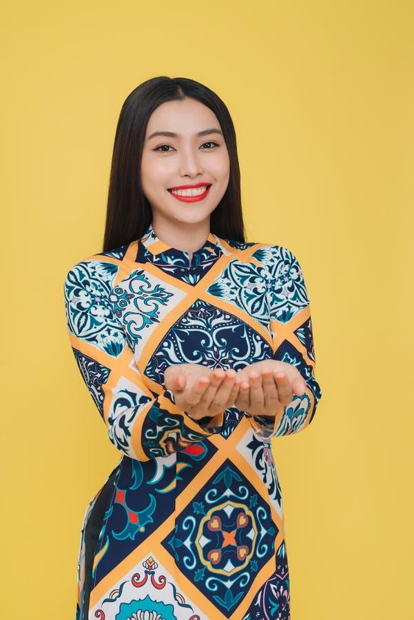 穿传统服装,孤立的可爱的越南妇女 库存图片