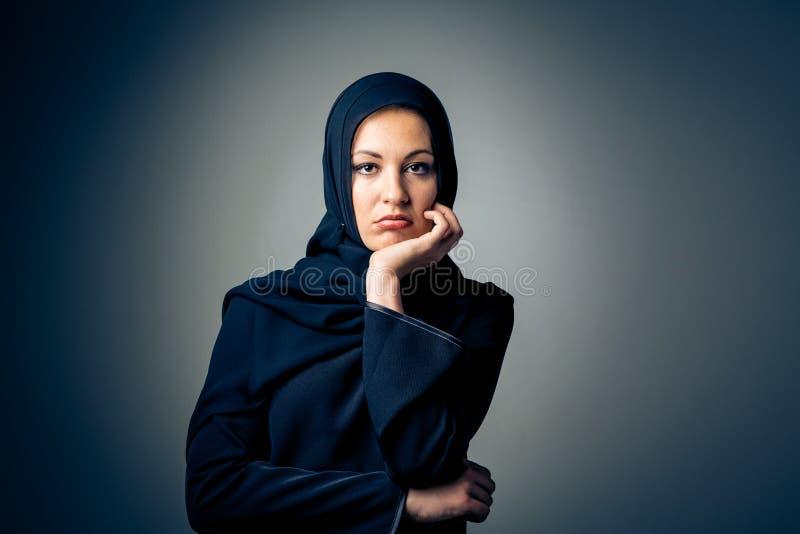 穿传统阿拉伯衣物的年轻女人 免版税库存照片