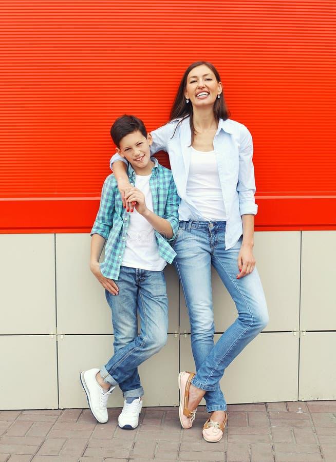 穿便衣的愉快的母亲和儿子少年在城市 免版税图库摄影