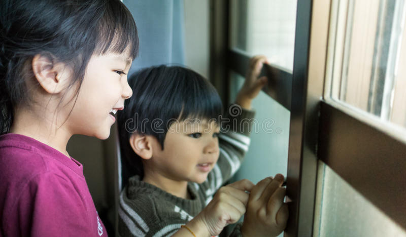 穿冬天衣裳的亚裔孩子 免版税库存照片