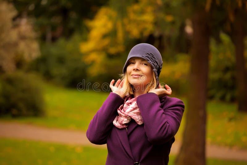 穿减速火箭的呢帽和羊毛外套的妇女 免版税库存照片