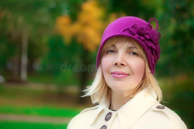 穿减速火箭的呢帽和羊毛外套的妇女 免版税库存图片
