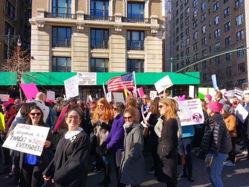 穿在妇女` s NYC 3月,中央公园西部, NY,美国的一件法官长袍 库存照片