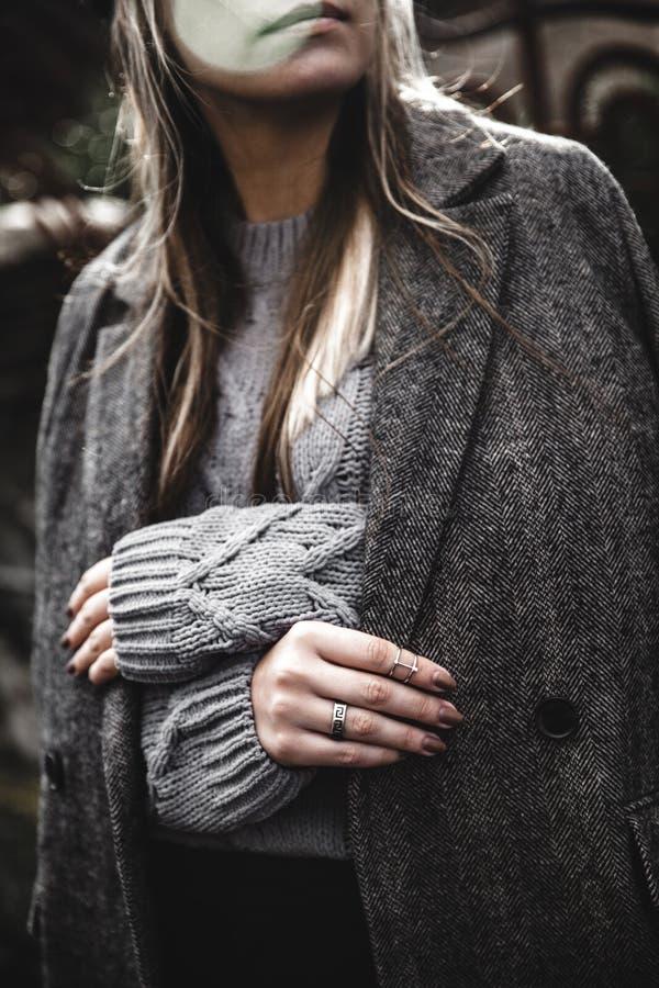 穿在街道上的少妇Streetstyle画象五颜六色的被编织的衣裳 免版税库存图片