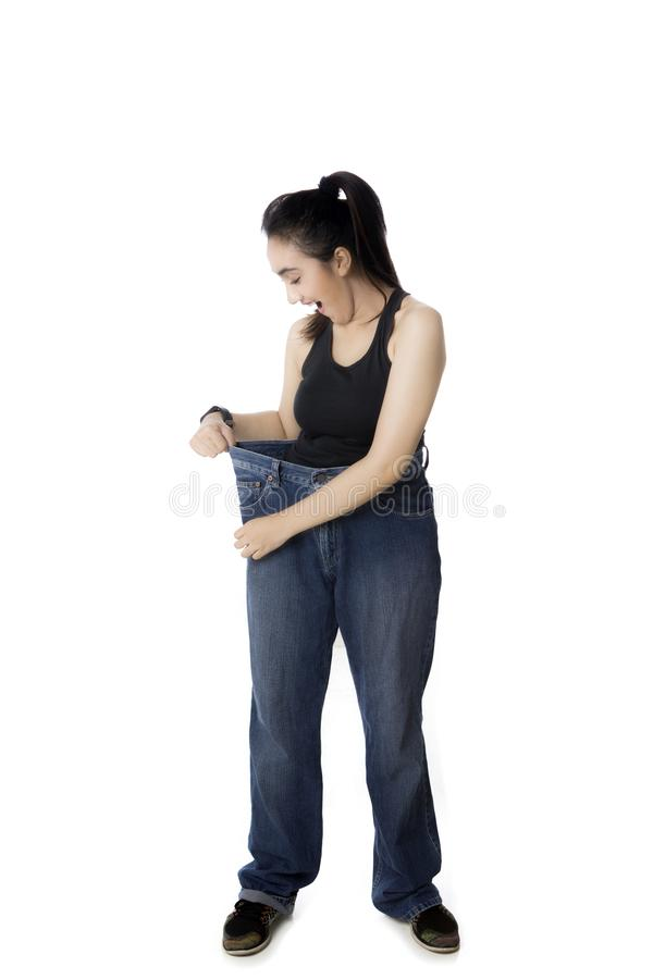 穿她的在演播室的阿拉伯妇女老牛仔裤 免版税库存图片