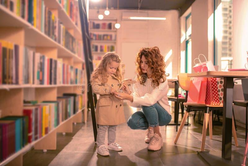 穿她的外套的殷勤白肤金发的女孩在步行前 图库摄影
