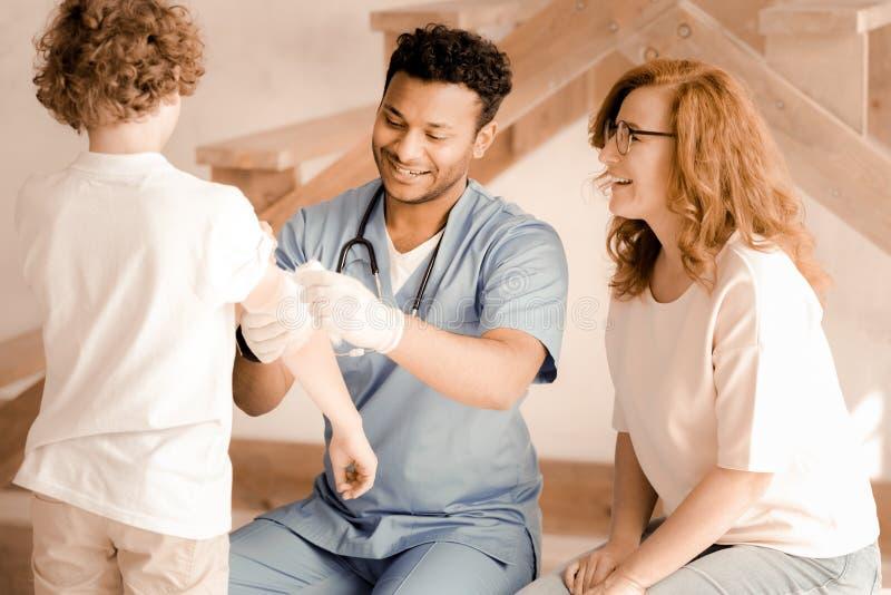 穿戴创伤的高兴医护人员 图库摄影