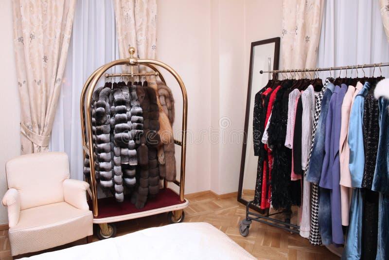 穿戴和皮大衣在一个别致的精品店 库存图片