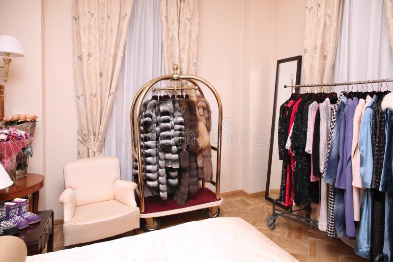 穿戴和皮大衣在一个别致的精品店 库存照片
