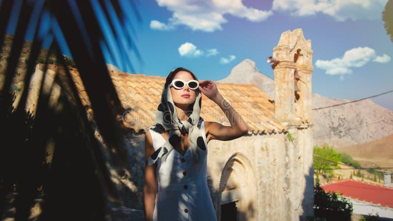 穿戴在60s样式的女孩在村庄穿衣 免版税库存照片
