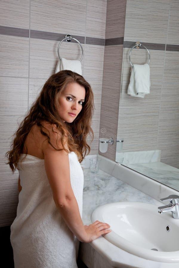 Download 穿戴的卫生间坚持毛巾妇女 库存照片. 图片 包括有 性感, 龙头, beauvoir, 女孩, 卷毛, 现代 - 15677800