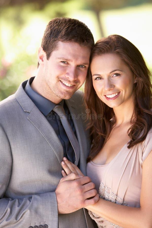 穿戴的夫妇聪明地停放年轻人 免版税库存照片
