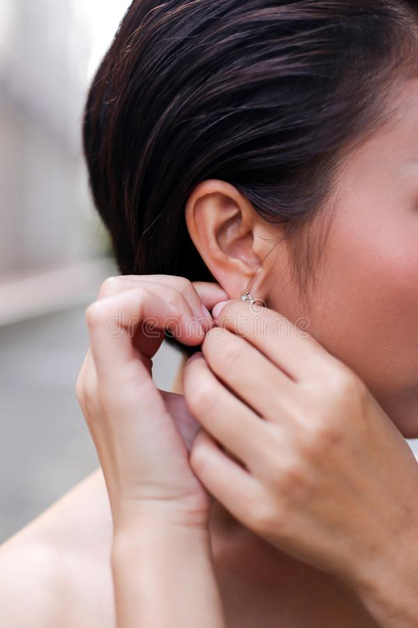 穿戴耳环婚姻辅助部件, je的美丽,愉快的新娘 免版税库存照片