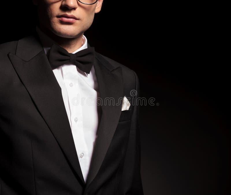 穿无尾礼服的一个年轻人的图片 免版税图库摄影