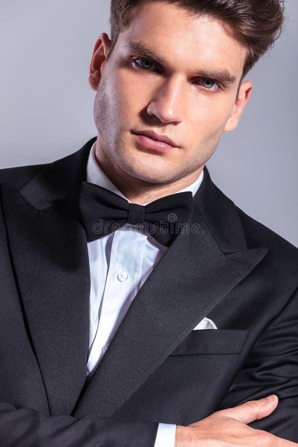 穿无尾礼服的典雅的年轻商人 免版税库存图片