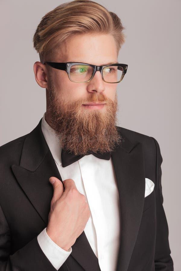 穿无尾礼服的英俊的白肤金发的人 库存照片