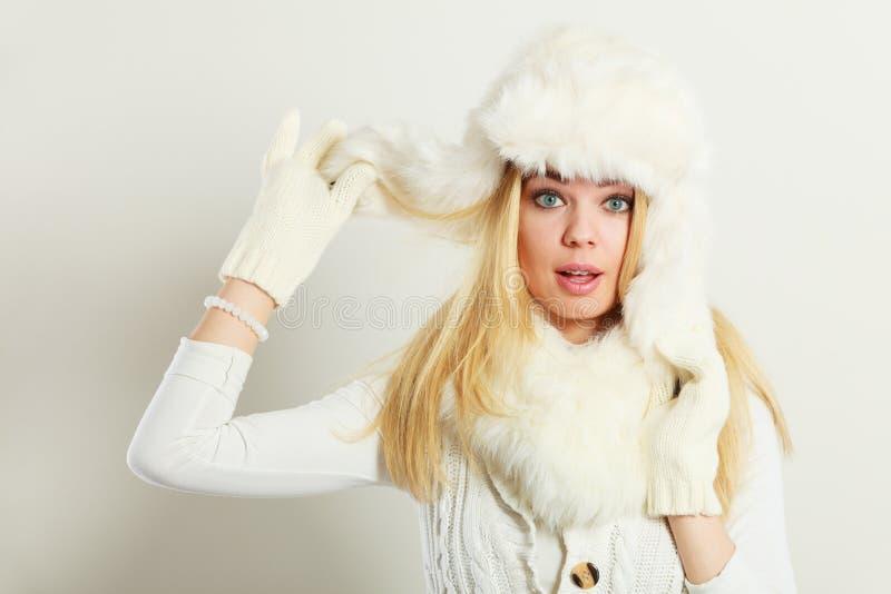 穿时兴的冬天衣裳的妇女 免版税库存照片