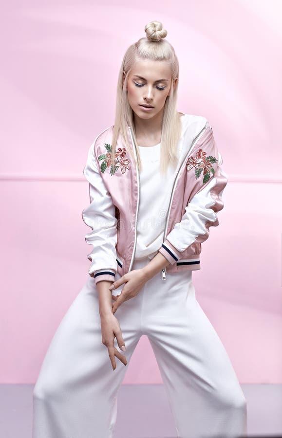 穿时髦夹克的俏丽,精美妇女 免版税库存照片