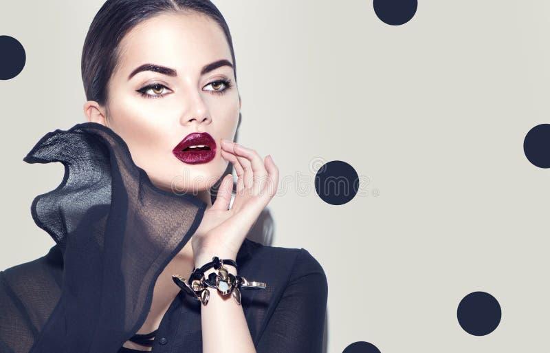 穿时髦的薄绸的礼服的时装模特儿妇女 有黑暗的构成的秀丽女孩 免版税库存照片