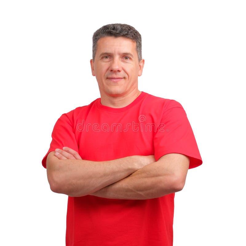 穿有折叠的一个微笑的正面人的画象红色不拘形式的T恤杉在胸口手上 免版税库存照片