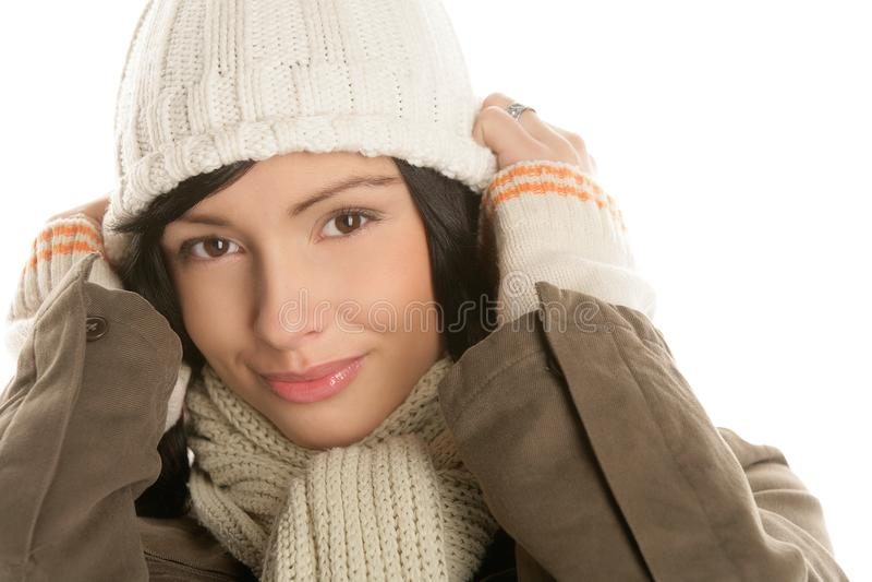 穿有编织的美丽的年轻深色的妇女冬天服装 免版税图库摄影