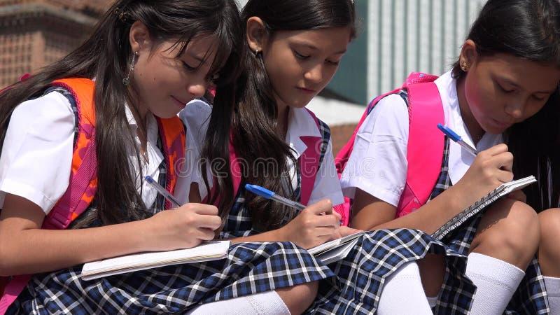 穿校服的天主教学校女孩 免版税库存图片