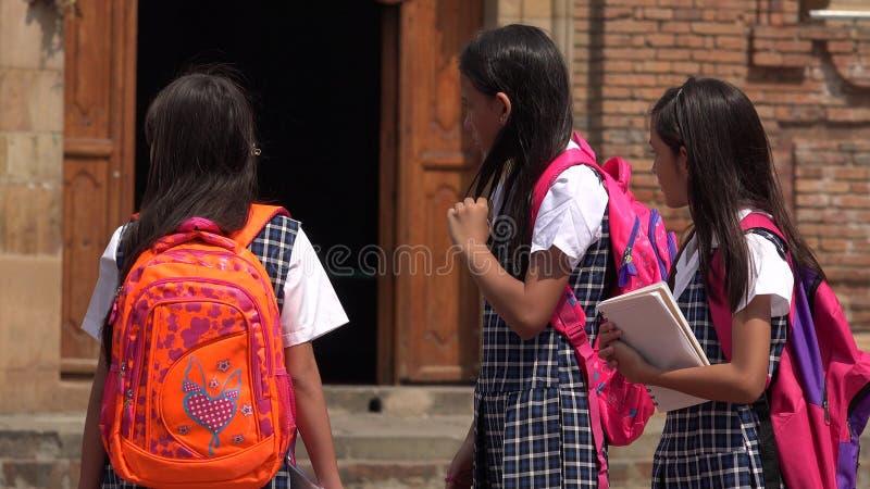 穿校服的学校孩子 免版税图库摄影